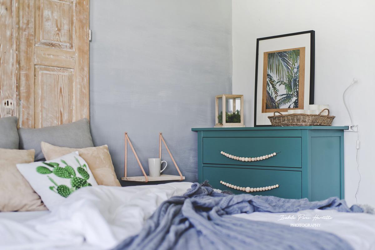 zielona komoda, koszyk, łóżko, wnetrze skandynawskie, ściana ombre