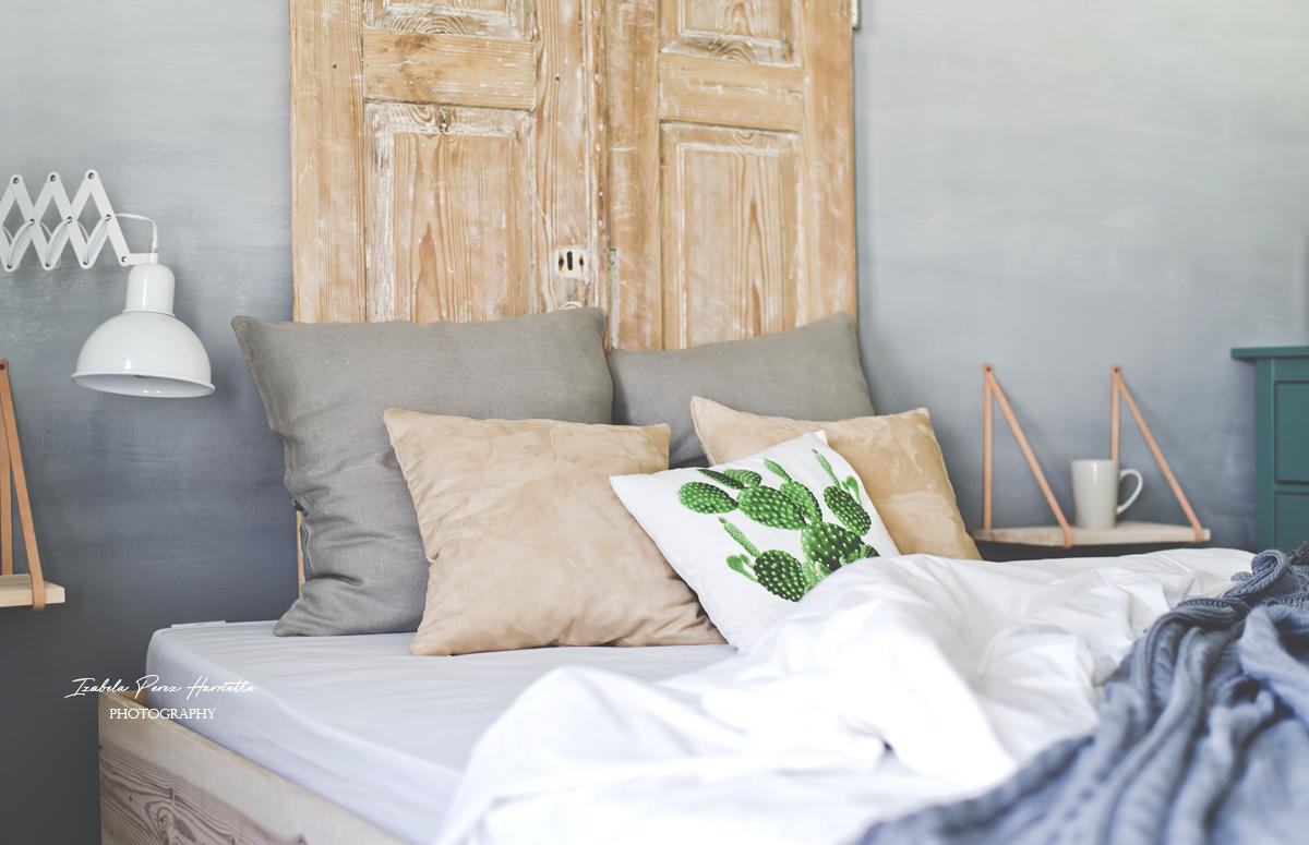 łózko, poduszka z kaktusem