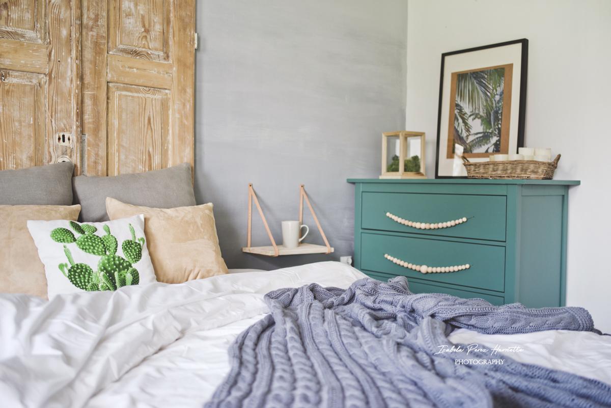 zagłówek ze starych drzwi, poduszka z kaktusem, zielona komoda, scandiinterior
