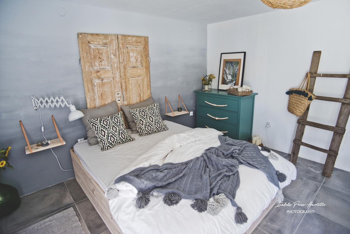 sypialnia w stylu skandynawskim, stare drzwi jako zagłowek, zielona komoda, lampa nożycowa, stara drabina, dekoracje boho
