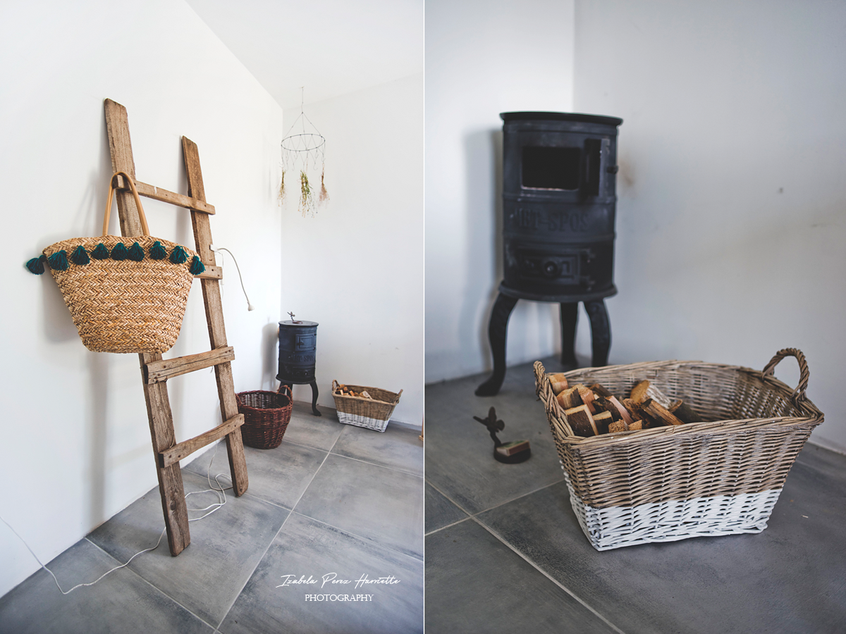 stara drabina, koszyk z frędzlami, kominek, koza żeliwna, drewno opałowe