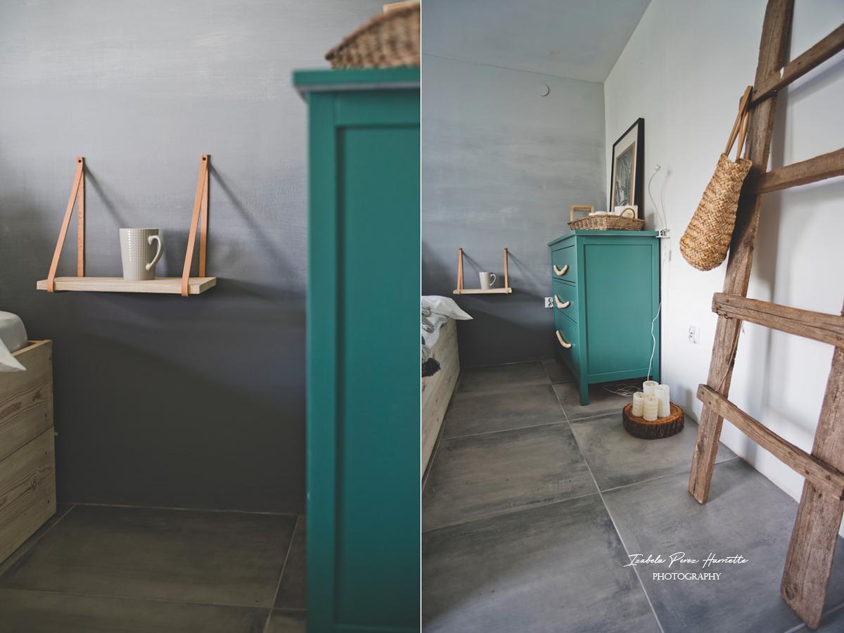zielona komoda, szara podłoga, ściana ombre