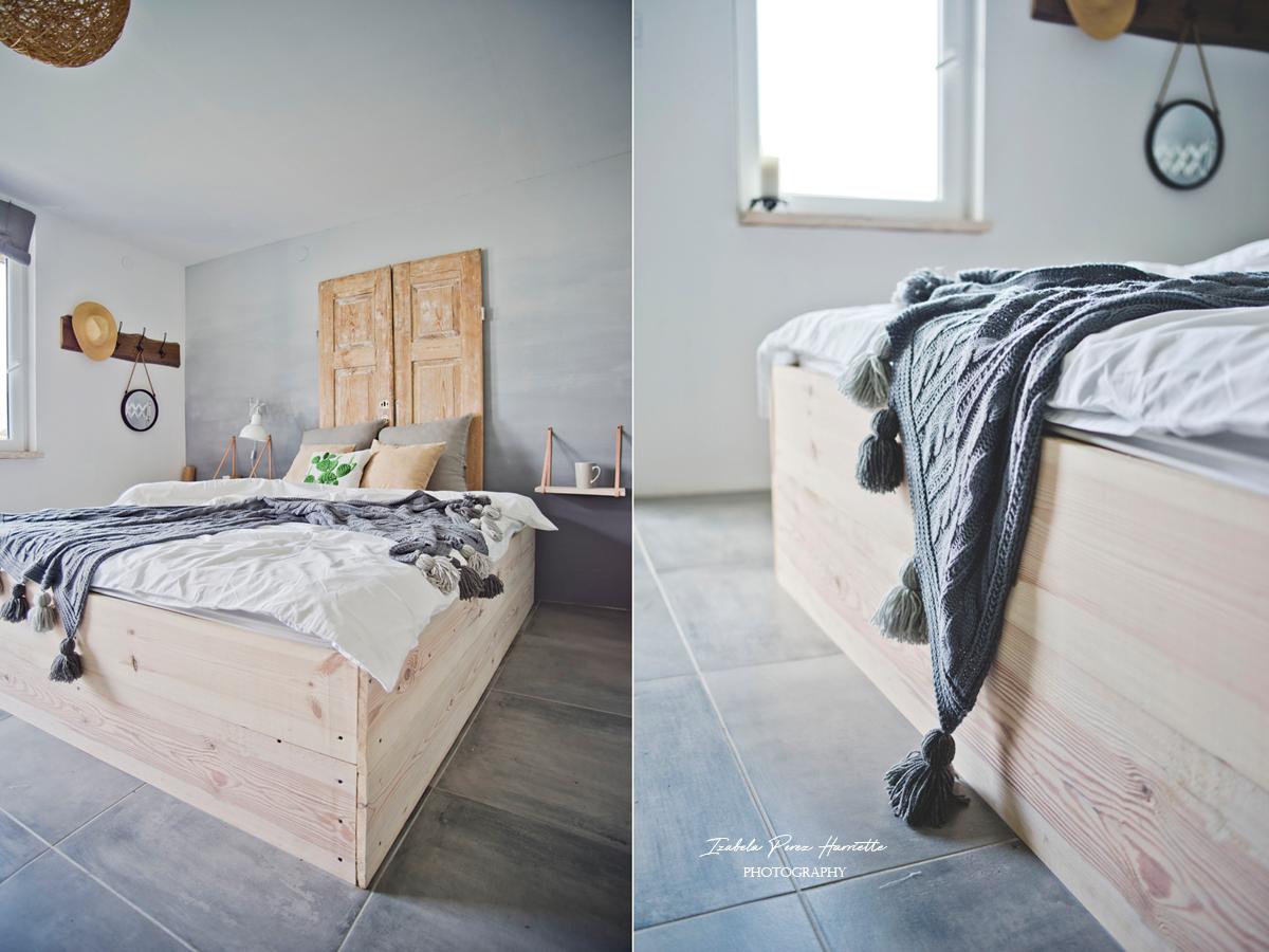 drewniane łóżko, boho koc, ombre ściana