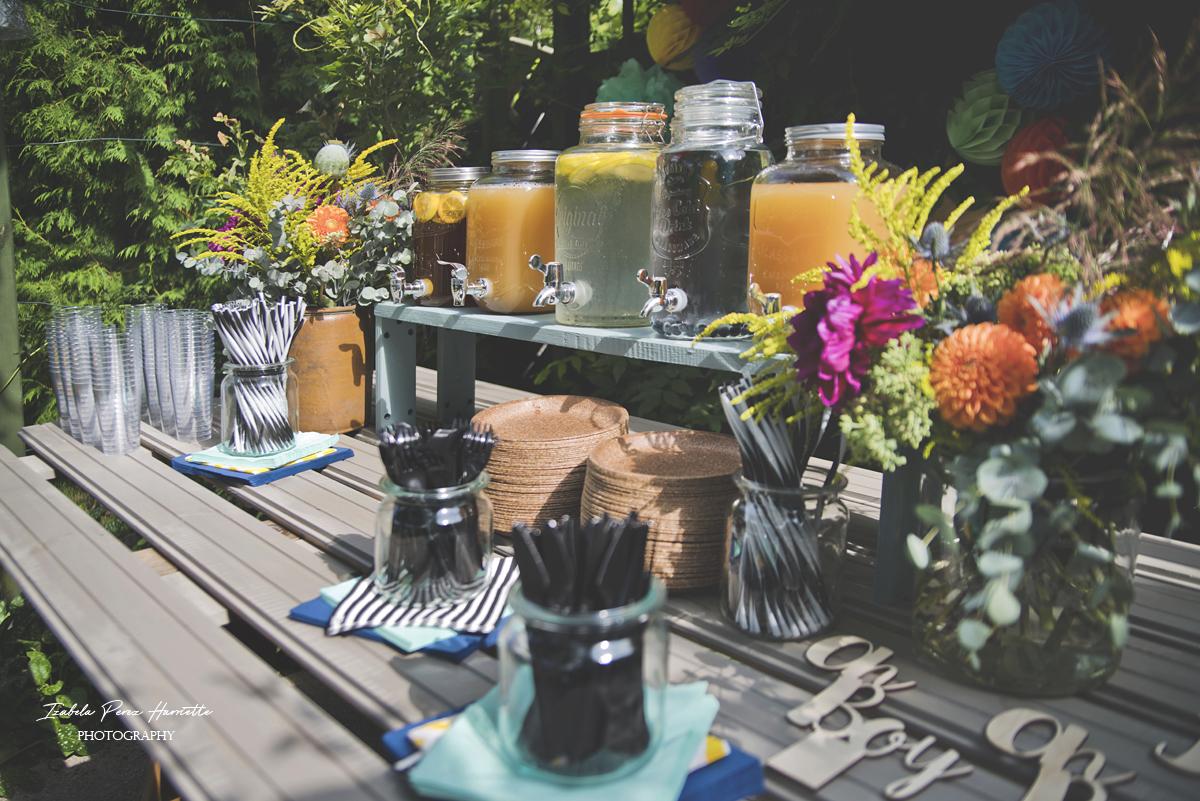 przyjęcie w ogrodzie, bufet, pierwsze urodziny, garden party,kids party, słoje z napojami