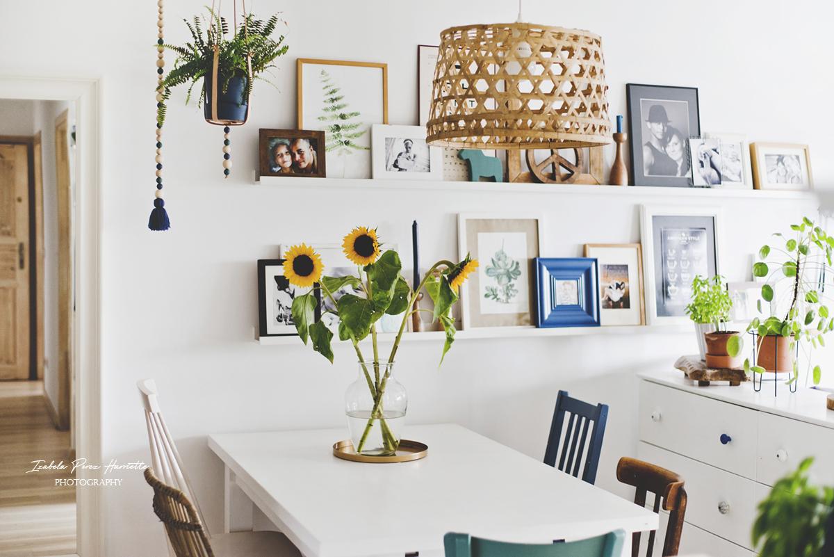 ratanowe krzesło, jadalnia, różnorodne krzesła przy stole, styl eklektyczny