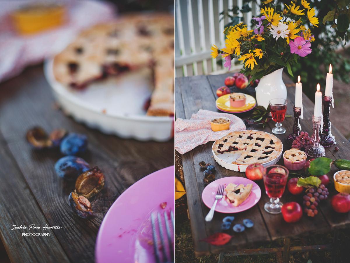 tarta ze śliwkami, jesienny stół, topinambur, kosmosy, tarta na oleju