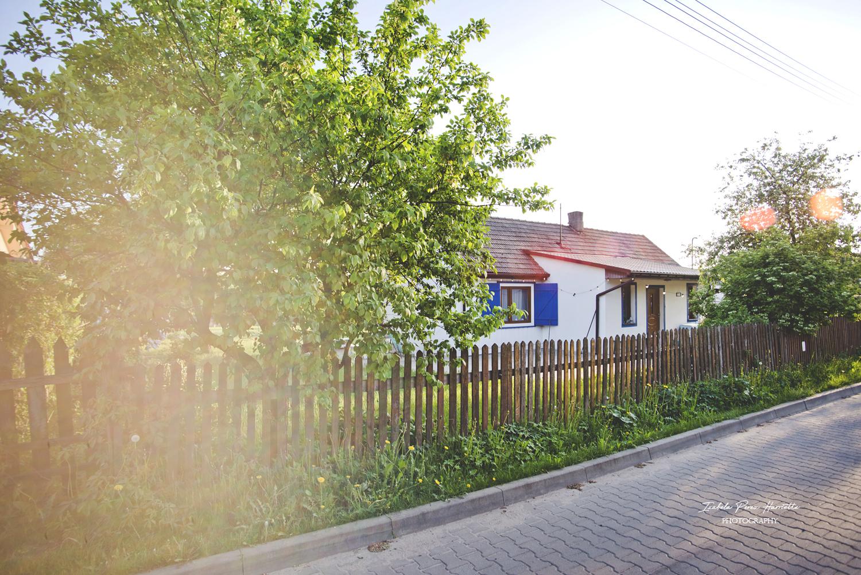 dom na wsi, drewniany płot