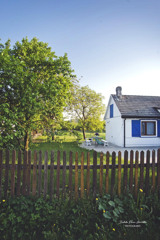 drewniany płot, dom na wsi , zachód słonca