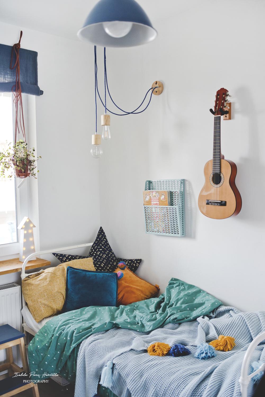kids room, dekoracja łóżka, pokój chłopca, gitara na ścianie, kamuflaż mebla pokój braci