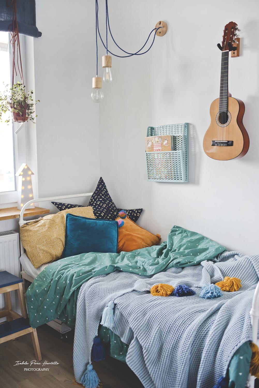 kids room, dekoracja łóżka, pokój chłopca, gitara na ścianie