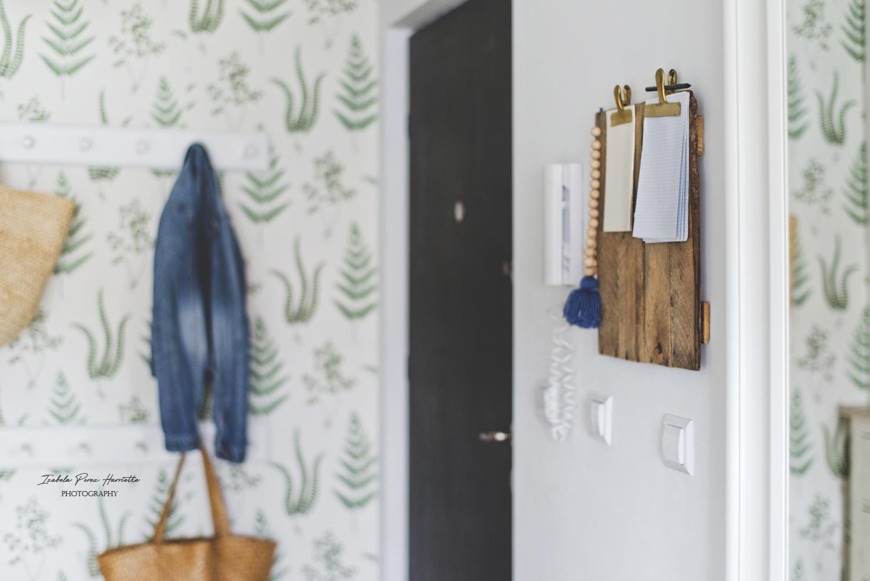 przedpokój, tapeta botaniczna, tapeta w paprocie, skandynawskie wnętrze, naturalne dekoracje,