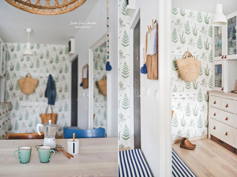 przedpokój, tapeta botaniczna, tapeta w paprocie, skandynawskie wnętrze, naturalne dekoracje, kawiarka
