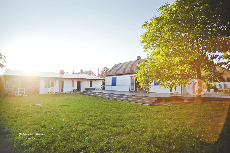 stary dom, drewniany dom, renowacja, budowa tarasu, niebieskie okiennice, renowacja domu, styl grecki