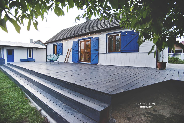 stary dom, drewniany dom, renowacja, budowa tarasu, niebieskie okiennice, renowacja domu, styl grecki, drewniany taras