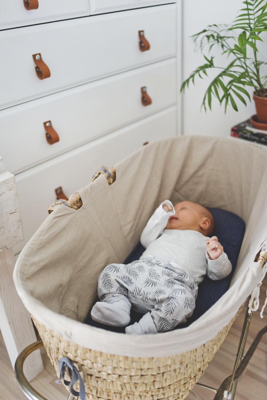 sypialnia, kącik dla niemowlaka, spanie z niemowlakiem, kosz Mojżesza, kącik dla malucha