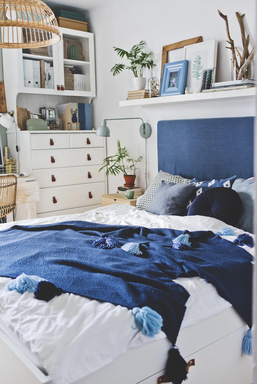 sypialnia, niebieskie dodatki , skandynawskie wnetrze