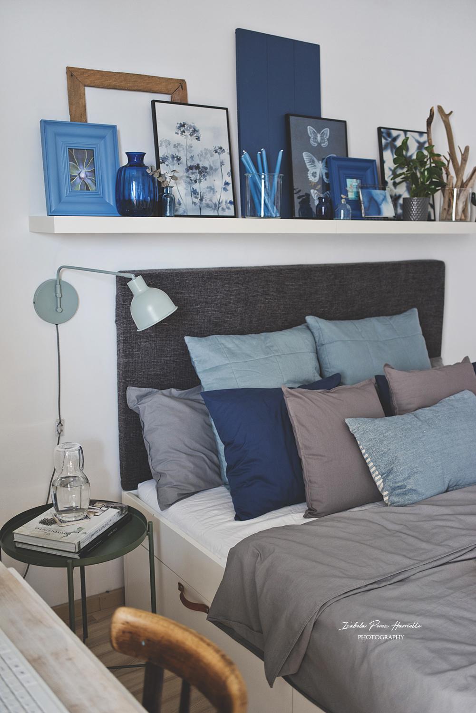 sypialnia, ciemne kolory, tekstylia, szary zagłówek, szara pościel, niebieskie dekoracje, dużo poduch, IKEA, półka nad łóżkiemsypialnia w ciemnych kolorach, moc tekstyliów, ciemna aranżacja sypialni