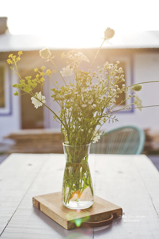 stół na taras, lazura do drewna, zabezpieczenie drewna na zewnątrz, szary stół, diy, zrób to sam, polne kiwaty bukiet