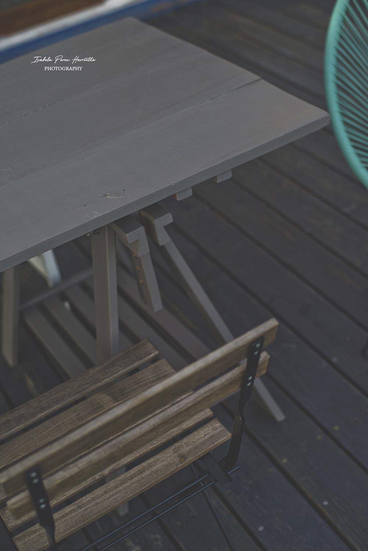 stół na taras, lazura do drewna, zabezpieczenie drewna na zewnątrz, szary stół, diy, zrób to sam
