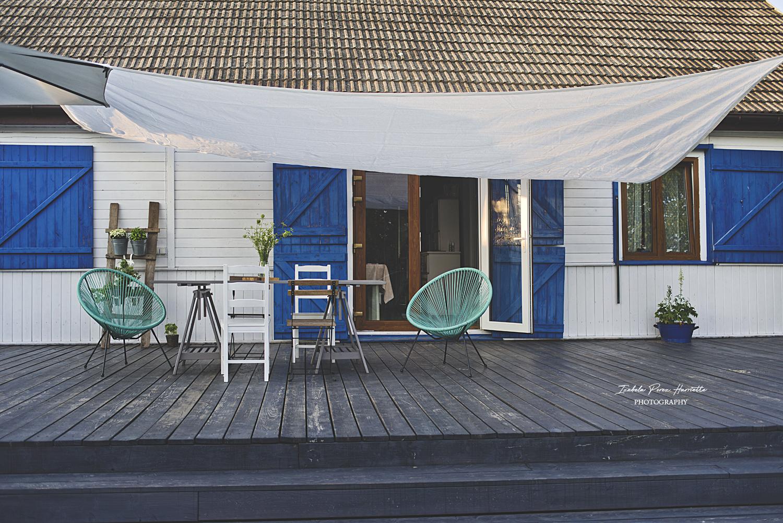 żagiel tarasowy, drewniany taras, stół tarasowy , drewniany dom