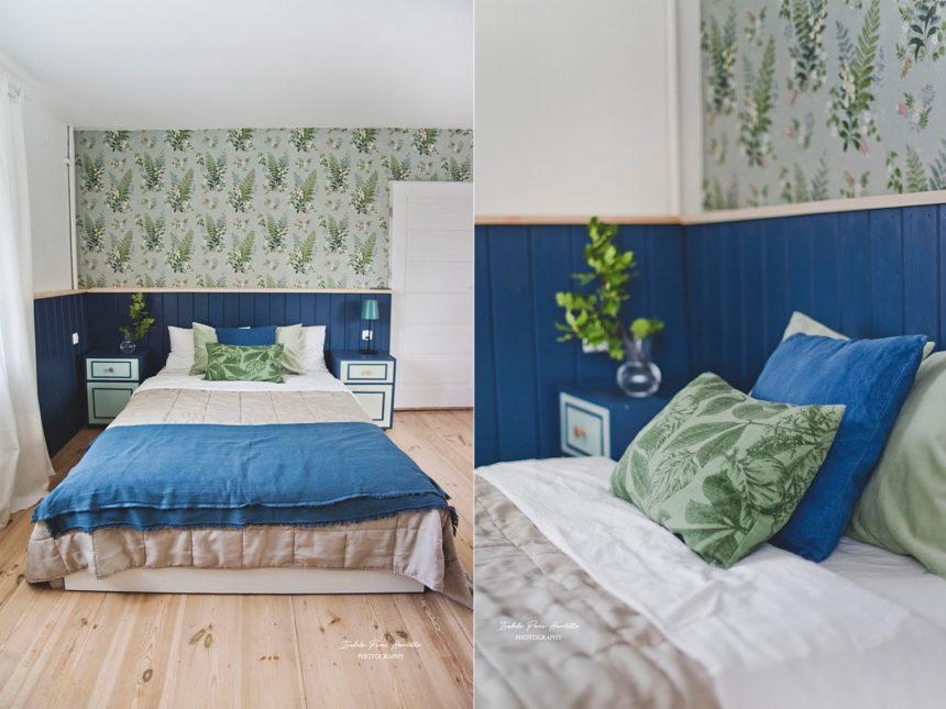 drewniana lamperia, granatowa boazeria, tapeta w paprocie, Boras tapeter Foxglove in bloom, metamorfoza sypialni, pomysłowe metamorfozy, drewniany zagłówek, niebieskie i zielone dekoracjexglove